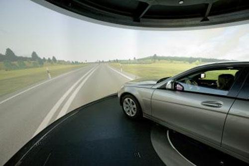 Вид на «дорогу» из окна автомобиля, который находится в капсуле симулятора