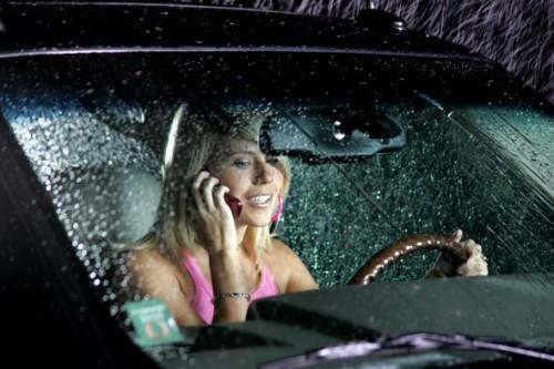 Разговор по телефону в машине